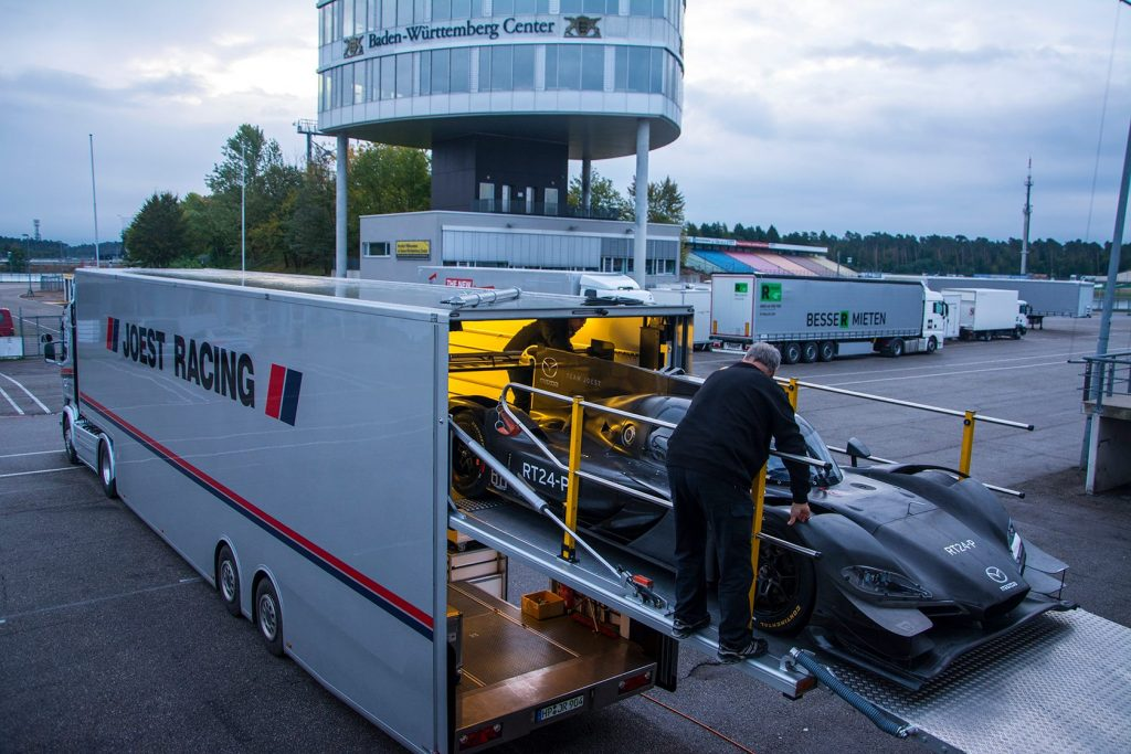 Déchargement de la Mazda Dpi du Mazda Team Joest à Hockenheim