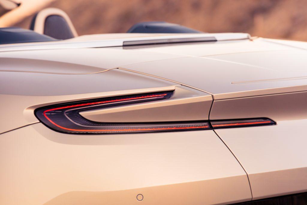 Optique arrière en forme de C de l'Aston Martin DB11 Volante