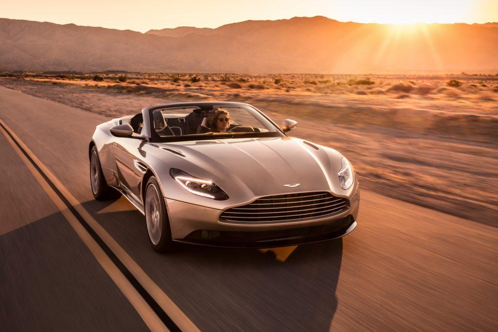 Coucher de soleil sur l'Aston Martin DB11 Volante