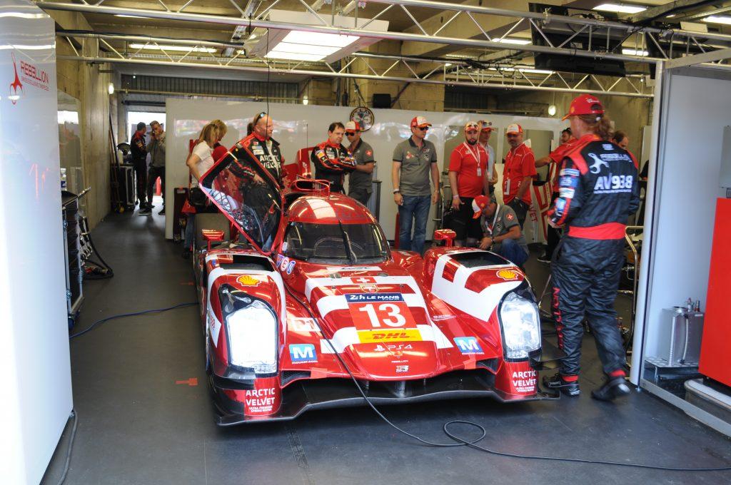 Rebelion R-One du Rebellion Racing dans son stand aux 24 Heures du Mans 2015