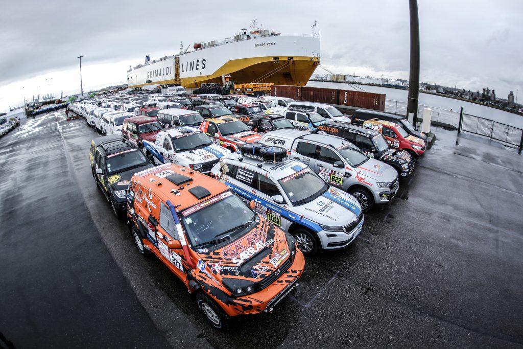 Les autos du Dakar prêtes à embarquer pour l'Amérique du Sud